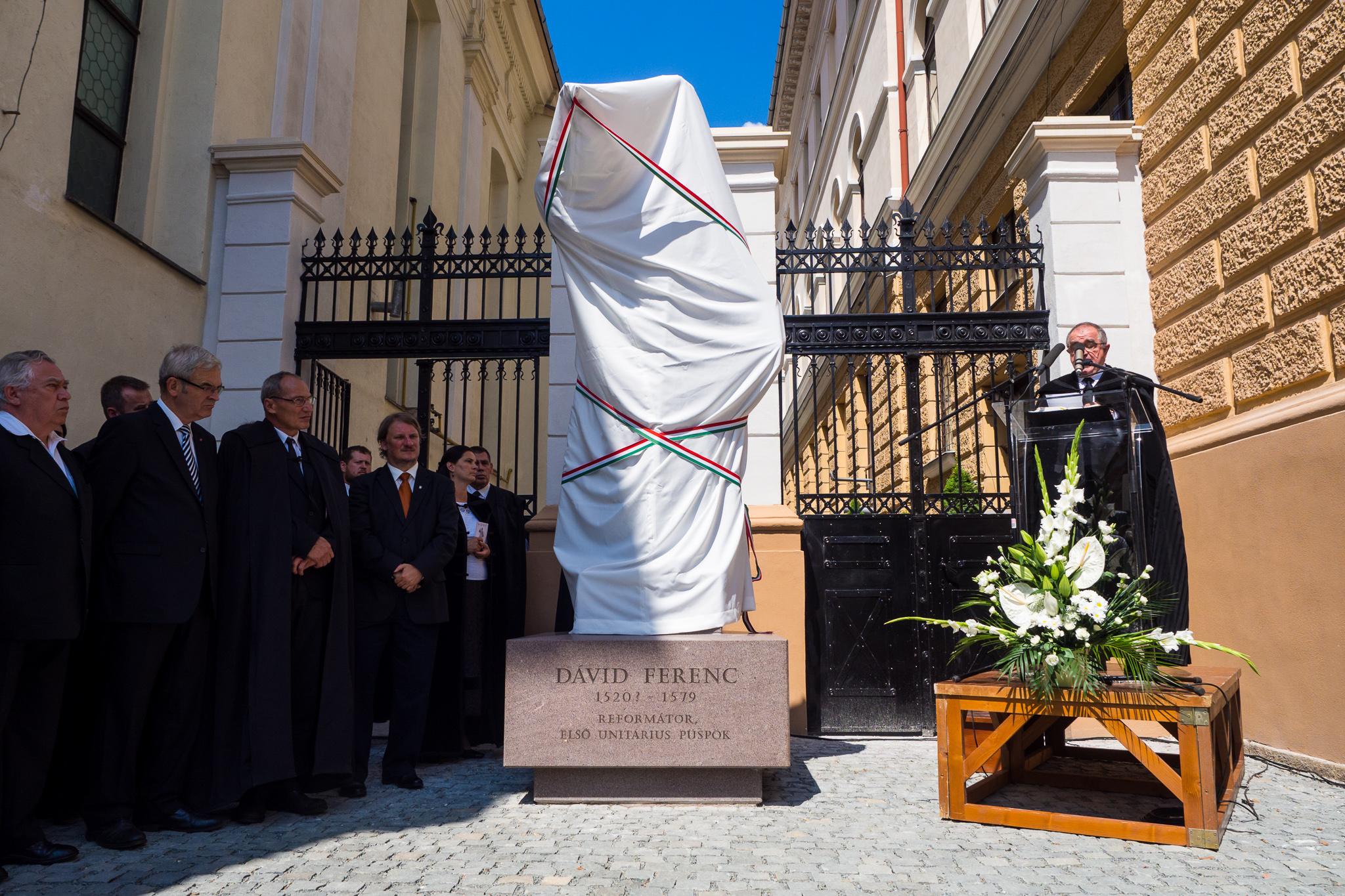 Dávid Ferenc püspök szobrának felavatása Kolozsváron